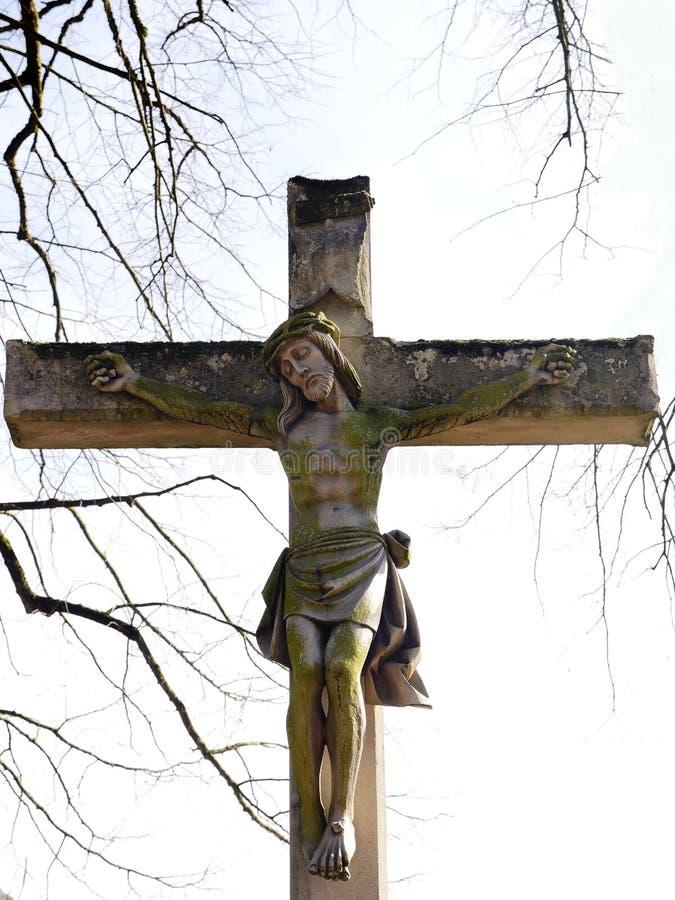 Esta cruz cristiana, con Jesús crucificado, un símbolo de la piedad, fue erigida en 1889 por la condesa Ansembourg fotos de archivo