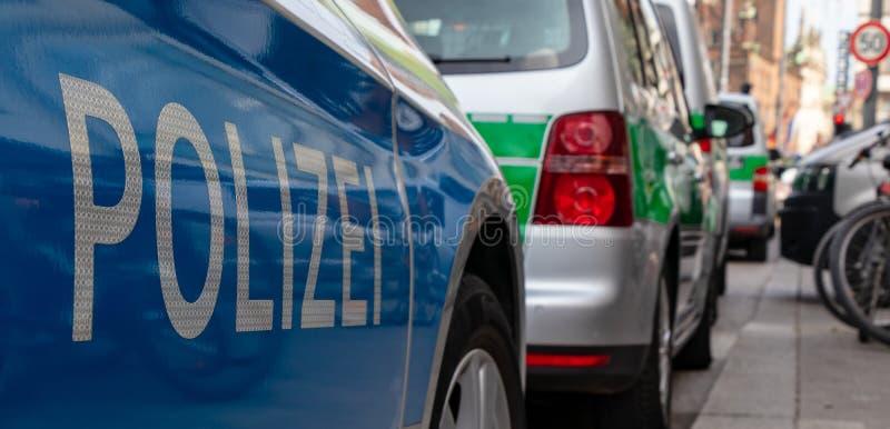ESTA??ES CENTRAIS, MUNICH, O 6 DE ABRIL DE 2019: carros de pol?cia alem?es azuis e verdes que estacionam em seguido na esta??o ce foto de stock royalty free