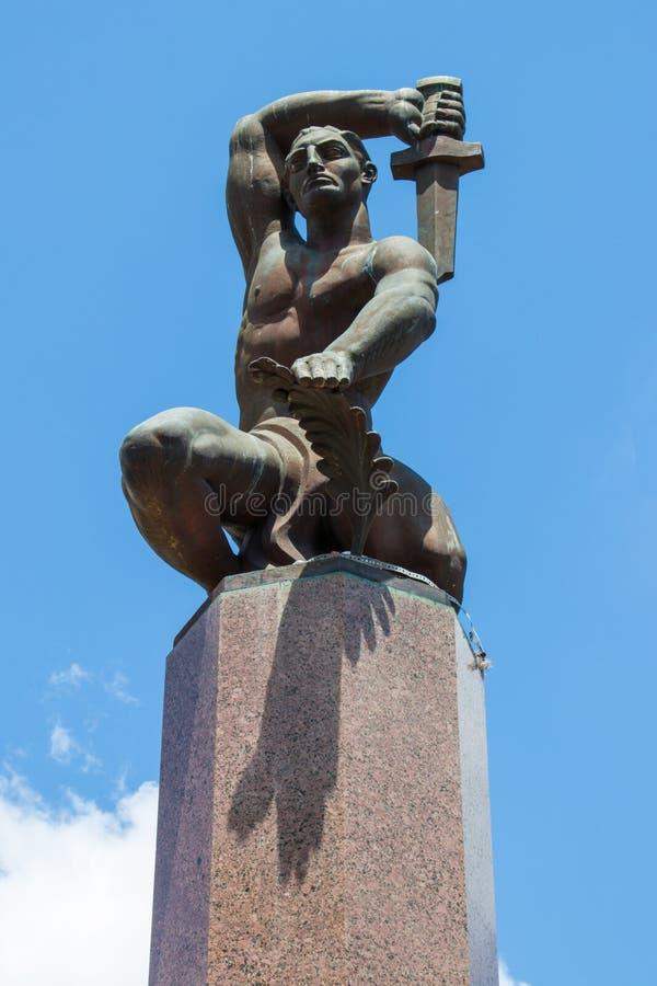 Esta estátua eleva-se sobre o quadrado fotos de stock royalty free