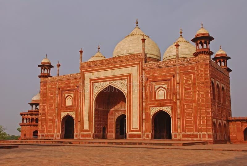 Esta estrutura alaranjada da cor é a construção afastada no complexo de Taj Mahal, Índia de Agra foto de stock