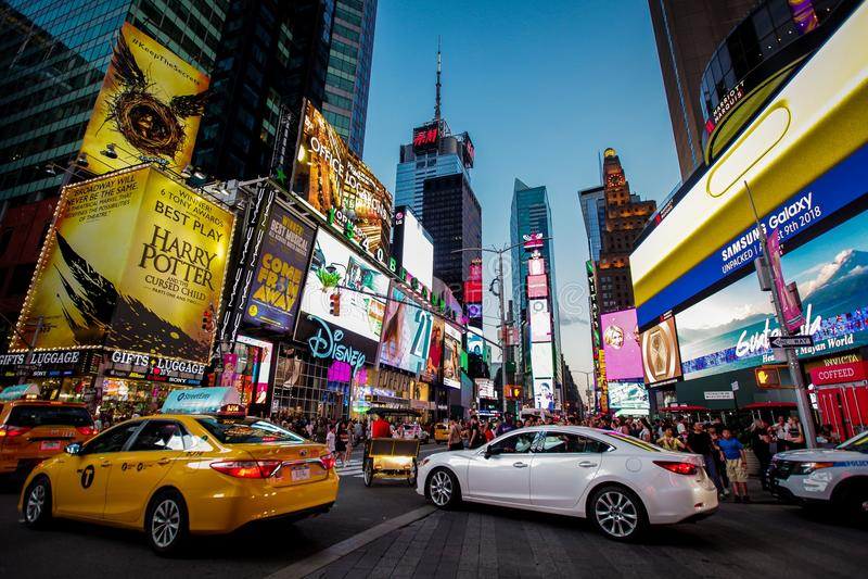 Esta imagem foi feita em New York, 7 08 2018 Times Square, ruas aglomeradas, surpreendentes, carros, construções enormes, luzes d fotografia de stock