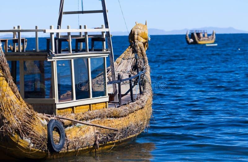 Esta imagem mostra um barco de lingüeta fora de Isla del Sol, Bolívia foto de stock