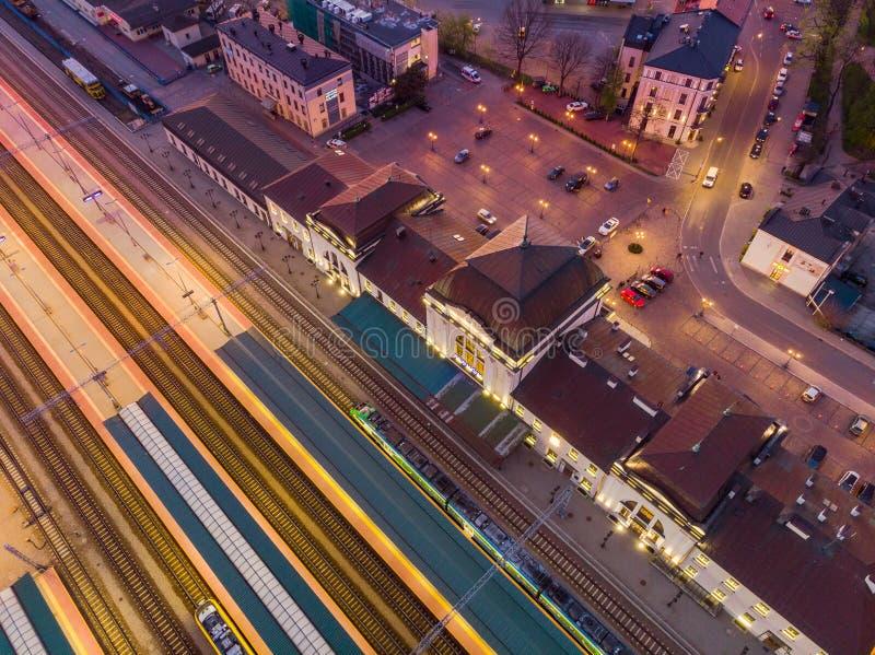 Esta??o de trilho em Tarnow, Pol?nia iluminado no crep?sculo foto de stock royalty free