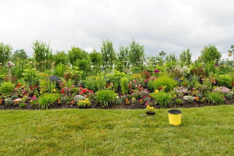 Establecimiento de un jardín de flores formal hermoso imagen de archivo libre de regalías