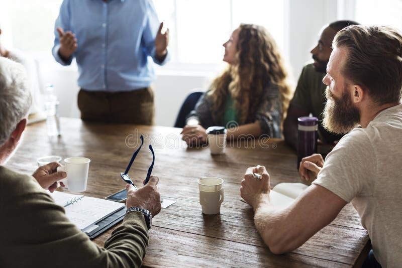 Establecimiento de una red de la mesa de reuniones que comparte concepto imagen de archivo libre de regalías