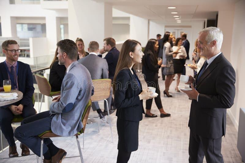 Establecimiento de una red de los delegados durante descanso para tomar café en la conferencia foto de archivo