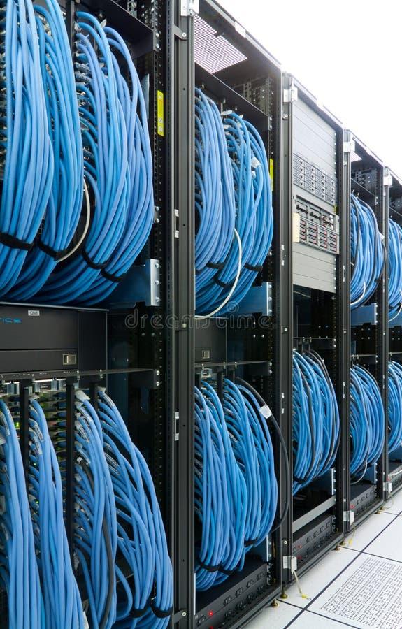 Establecimiento de una red que cablegrafía en un datacenter moderno imagen de archivo libre de regalías