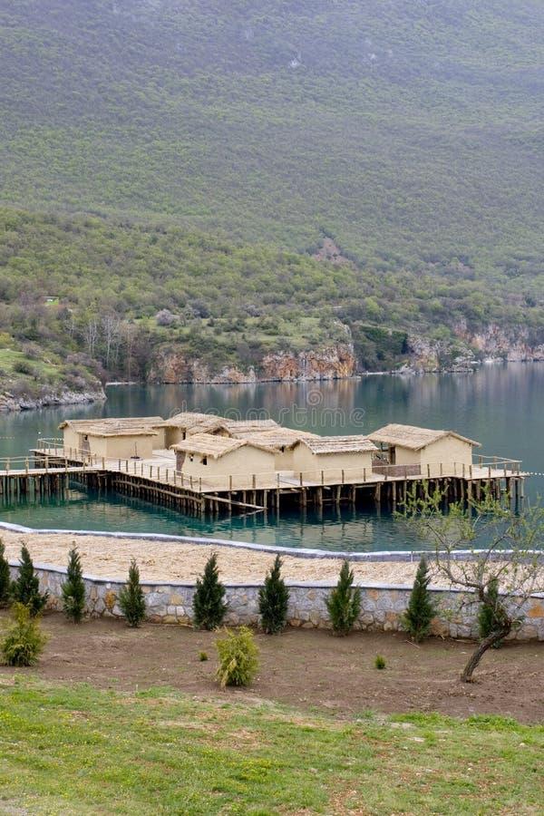 Establecimiento prehistórico en el lago Ohrid imagenes de archivo
