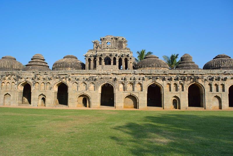 Establos del elefante Once cámaras abovedadas para los elefantes reales Monumentos de Hampi, Karnataka imagen de archivo libre de regalías