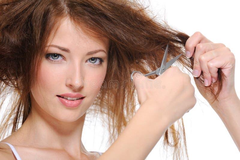 Estaca da mulher nova seu cabelo fotografia de stock royalty free