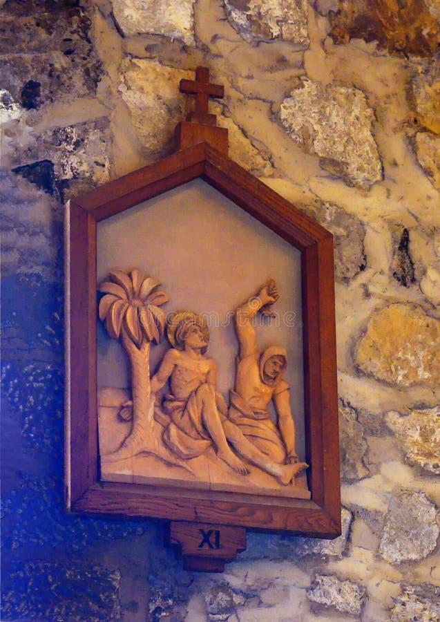 Estación 11ª de Madera de la Cruz, Iglesia de Santa Margherita de Antiochia en Vernazza, Liguria, Italia fotografía de archivo