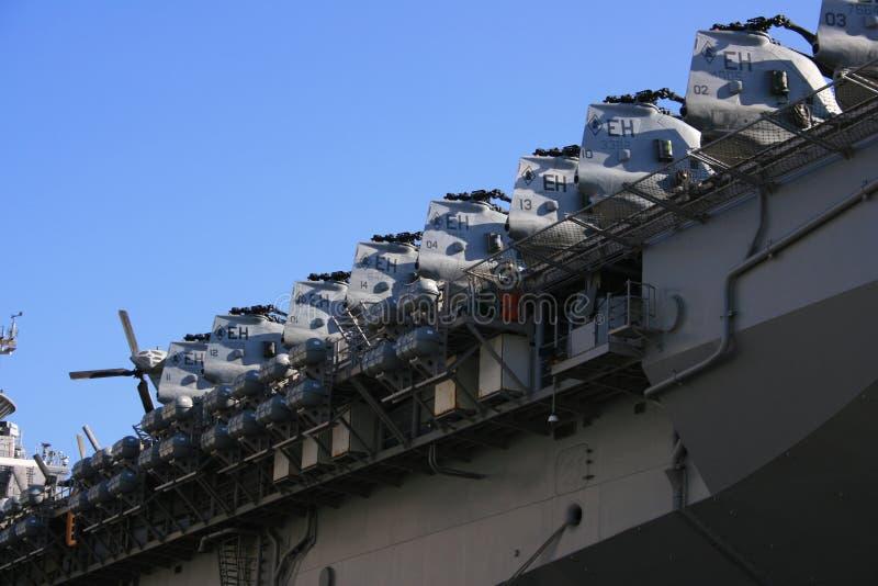 Estación aérea naval. Portaaviones, combatientes de jet y cielo imagen de archivo libre de regalías