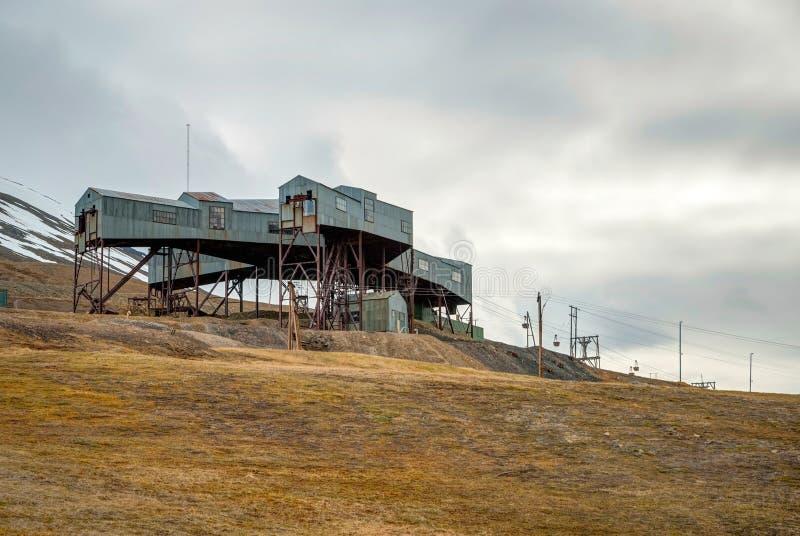 Estación abandonada del teleférico usada para el transporte de carbón, Svalbar fotografía de archivo libre de regalías