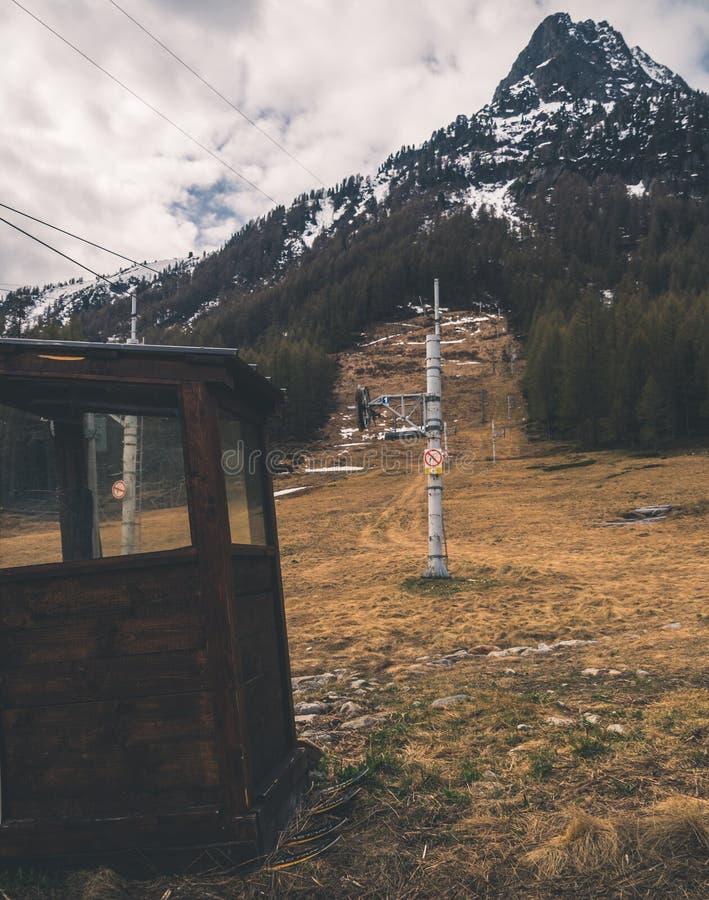 Estación cambiante del esquí en Poya imagenes de archivo