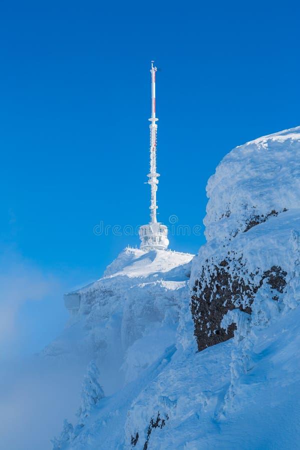 Estación congelada del transmisor en Rigi Kulm con el cielo azul fotos de archivo libres de regalías