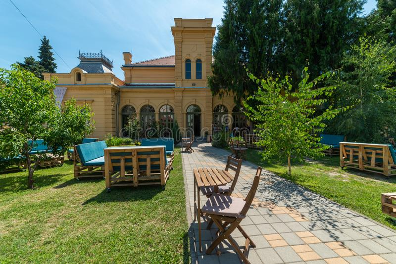 Estación cultural Esjeg en Novi Sad Esto es un edificio rehabilitado de una vieja radio de tiro imagenes de archivo