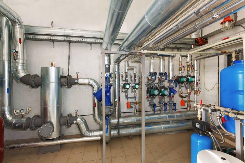 Estación de bombeo moderna con el sistema de tratamiento de aguas en industrial foto de archivo libre de regalías