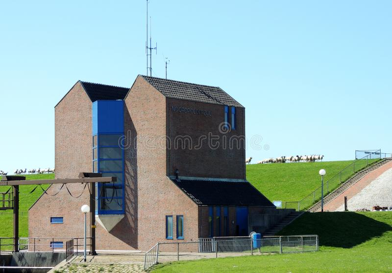 Estación de bombeo Nordpolderzijl Noordpolderzijl en la provincia de Groninga, los Países Bajos Presa en el Mar del Norte fotografía de archivo libre de regalías