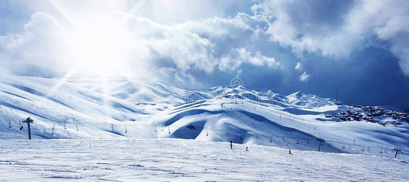 Estación de esquí de la montaña del invierno imagen de archivo