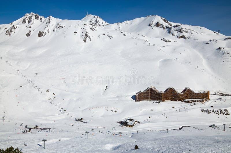 Estación de esquí en el invierno los Pirineos fotos de archivo