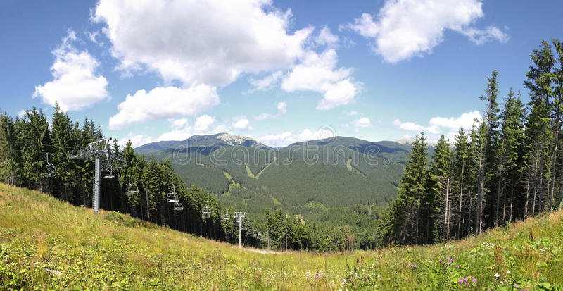 Estación de esquí en verano, Cárpatos de Bukovel imagen de archivo