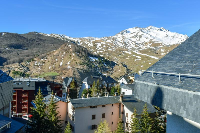 Estación de esquí y pueblo, los Pirineos de la estación baja foto de archivo libre de regalías