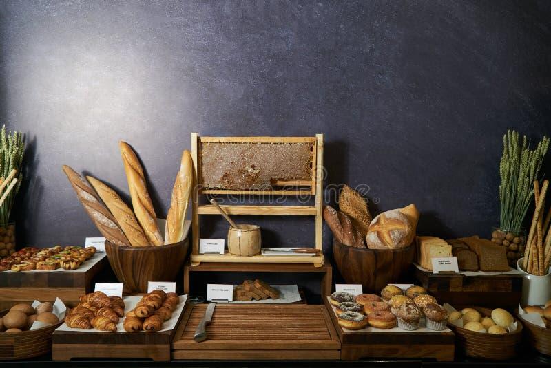 Estación de la barra del pan en el buffet, primer Surtido de pastr fresco imagen de archivo