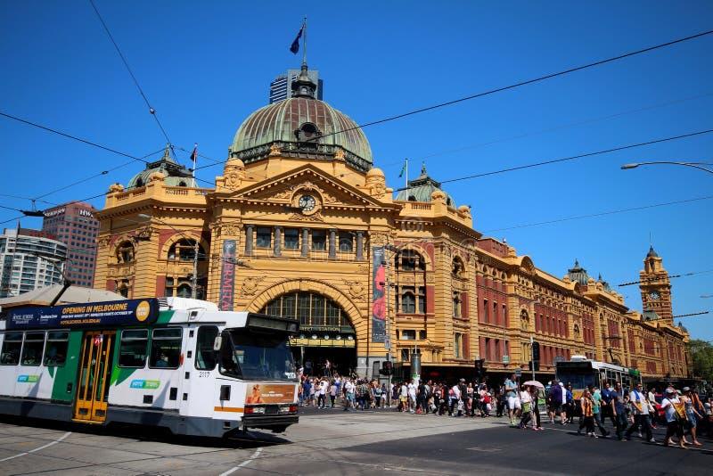 Estación de la calle del Flinders con la tranvía imagen de archivo