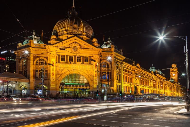 Estación de la calle del Flinders en la noche foto de archivo