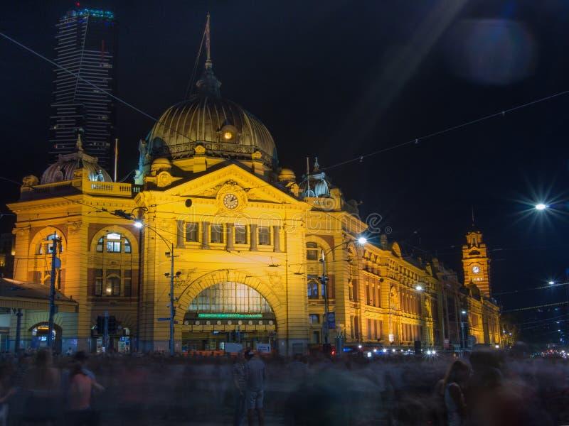 Estación de la calle del Flinders en la noche fotografía de archivo