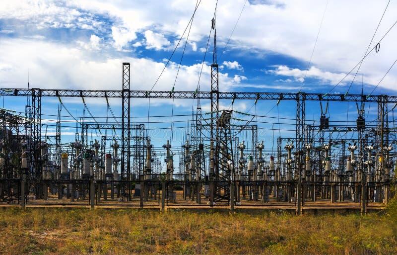 Estación de la distribución eléctrica, transformadores, línea de alto voltaje foto de archivo