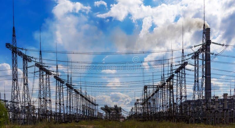 Estación de la distribución eléctrica, transformadores, líneas de alto voltaje de la electricidad fotografía de archivo libre de regalías