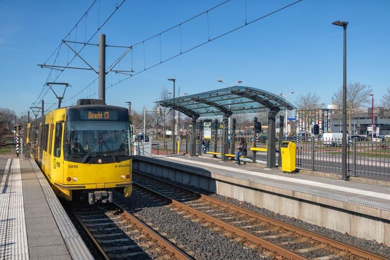 Estación de la tranvía con con la mujer que espera en Nieuwegein, los Países Bajos imagen de archivo