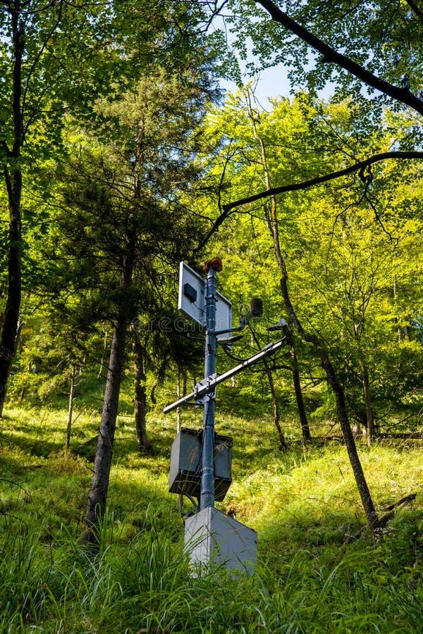 Estación de medición de la calidad del aire en bosque imágenes de archivo libres de regalías