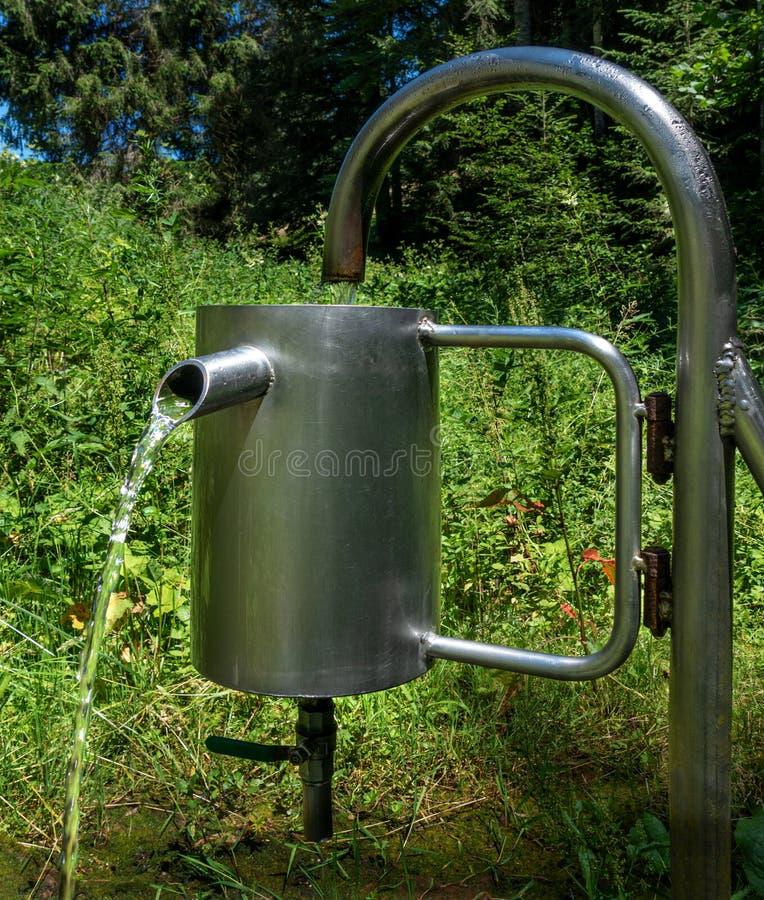 Estación de medición para la cantidad del agua de una primavera fotos de archivo