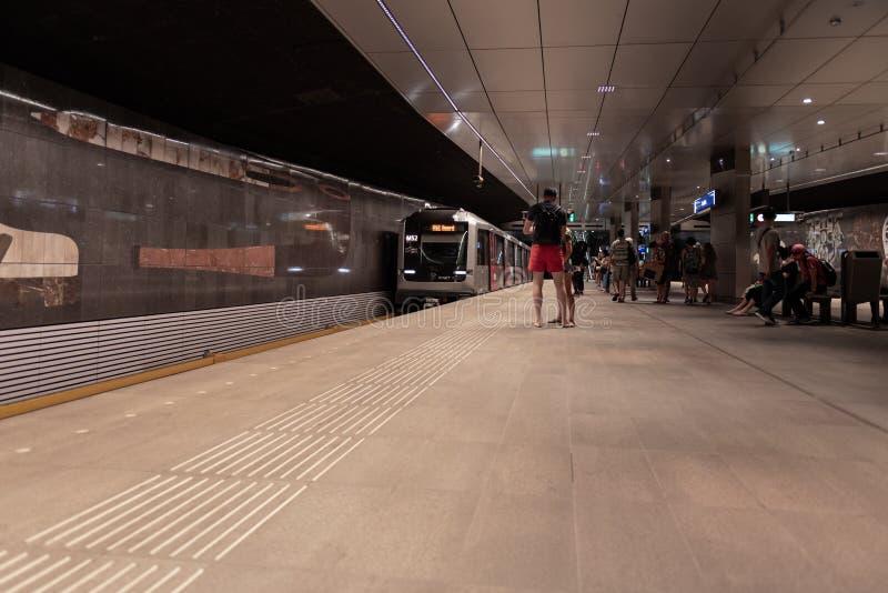 Estación de metro Amsterdam Rokin, en la plataforma, metro inminente imagen de archivo libre de regalías