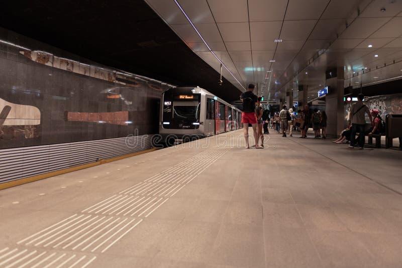 Estación de metro Amsterdam Rokin, en la plataforma, metro inminente fotografía de archivo