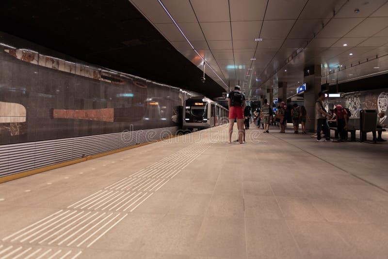 Estación de metro Amsterdam Rokin, en la plataforma, metro inminente fotos de archivo