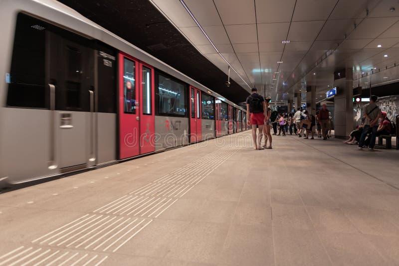 Estación de metro Amsterdam Rokin, en la plataforma, metro inminente foto de archivo libre de regalías