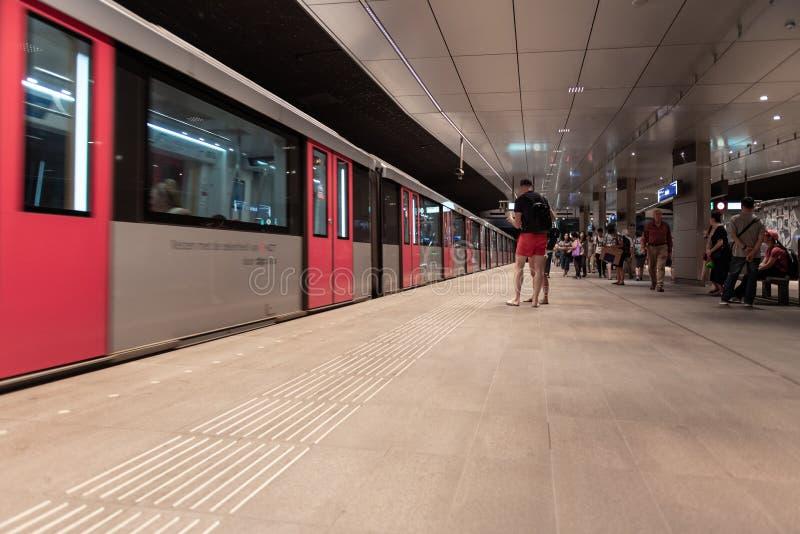 Estación de metro Amsterdam Rokin, en la plataforma, metro inminente imágenes de archivo libres de regalías