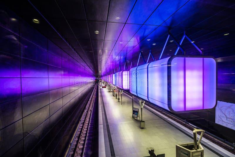 Estación de metro con las luces azules claras en la universidad en el área de Speicherstadt en Hamburgo fotografía de archivo libre de regalías