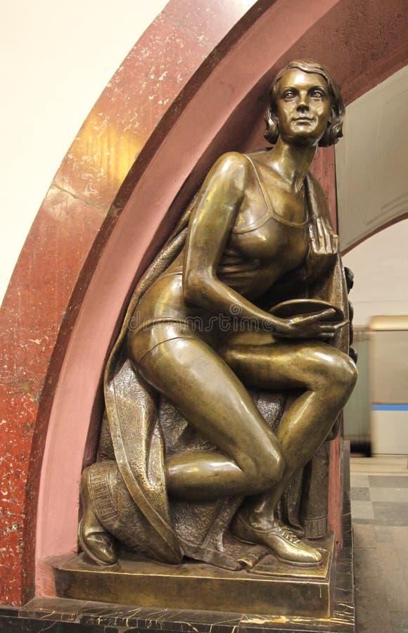 Estación de metro cuadrada de la revolución en Moscú foto de archivo libre de regalías