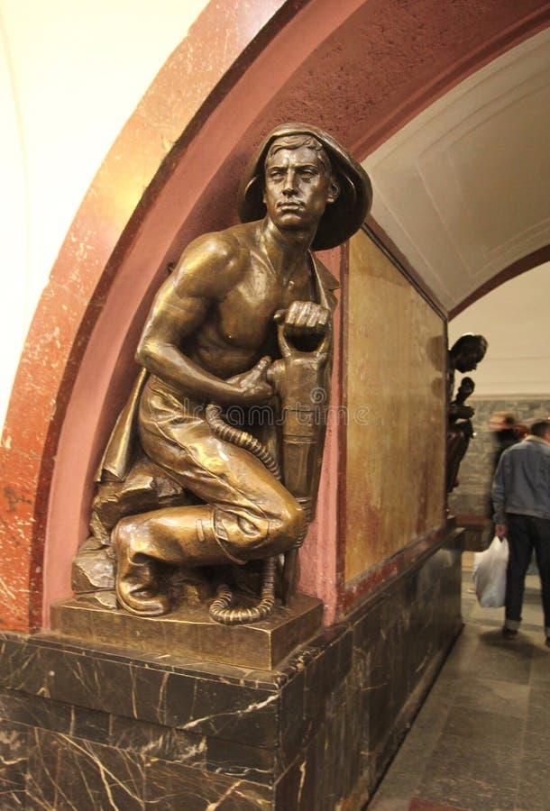 Estación de metro cuadrada de la revolución en Moscú imágenes de archivo libres de regalías