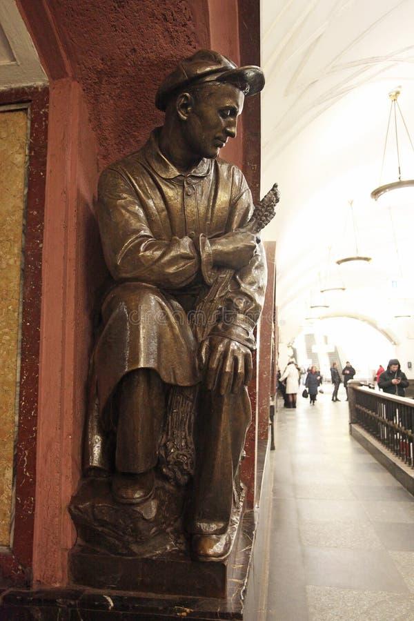 Estación de metro cuadrada de la revolución en Moscú imagen de archivo