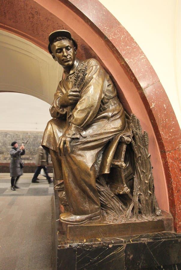 Estación de metro cuadrada de la revolución en Moscú fotos de archivo