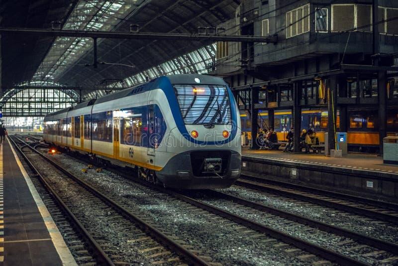 Estación de metro de Amsterdam con los elementos abiertos de la construcción del primer de la plataforma fotos de archivo libres de regalías