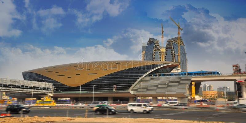 Estación de metro de Dubai y tren del metro fotografía de archivo libre de regalías