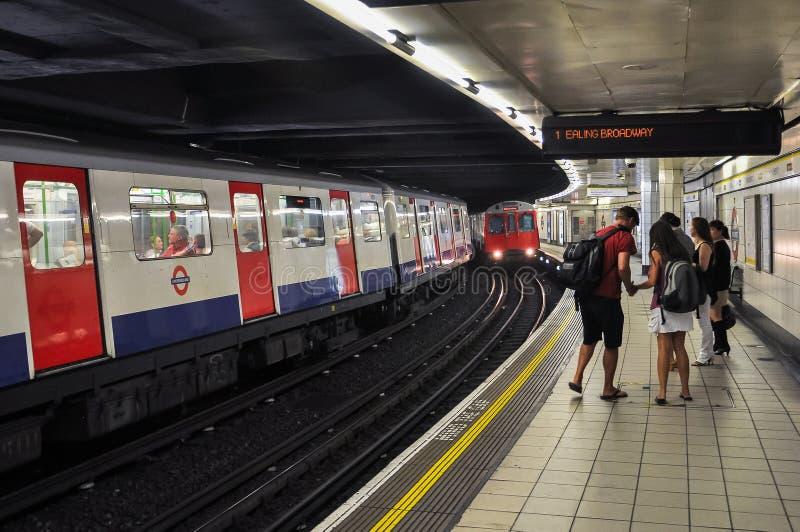 Estación de metro inminente del monumento del tren en Londres foto de archivo