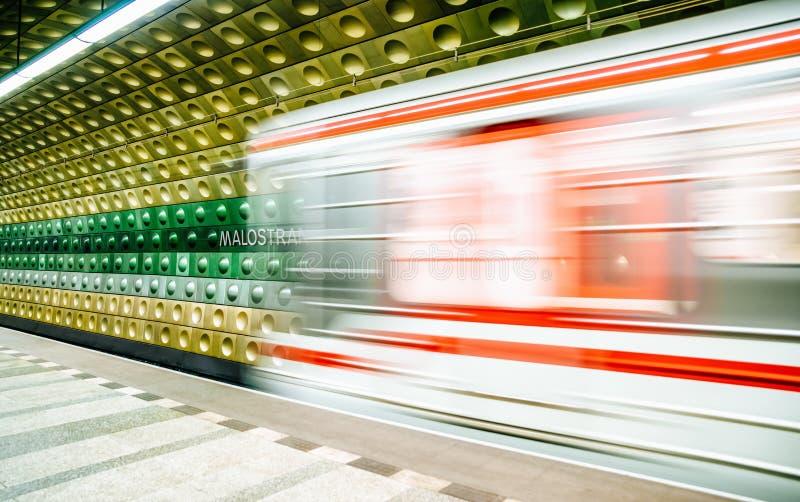 Estación de metro vacía en Praga, República Checa fotografía de archivo