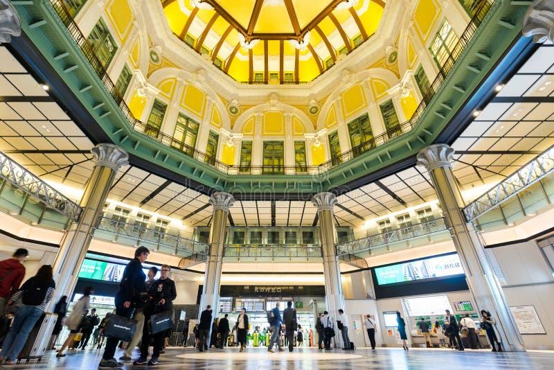 Estación de Tokio con la muchedumbre de gente imagen de archivo